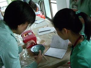 指導老師與參與者討論如何為眷村文物建檔