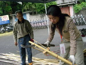 從平溪趕過來的老匠師,指導如何剖開竹子,以製作竹籬笆