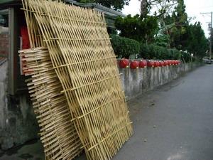經過一日多人的辛勞所製作出的竹籬芭