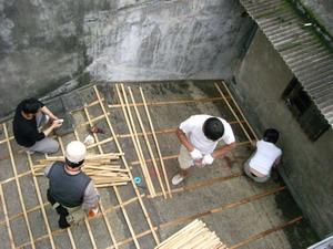 師傅與參與者進行屋瓦的木構製作