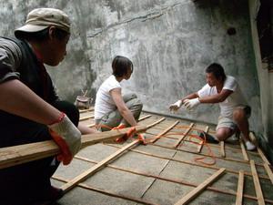 師傅與參與者解說如何進行木構製作