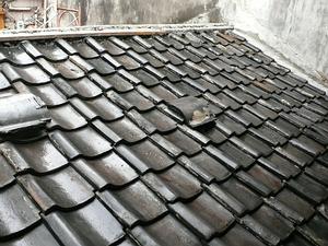 鋪設完成後的黑瓦屋頂