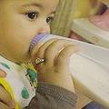加拿大的嬰兒正吃著聚碳酸酯製成的嬰兒瓶。圖片來源:ENS