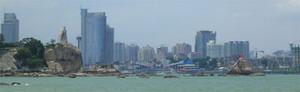 廈門市位於廈門島上,為一港灣城市