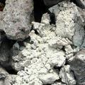 這是另一種爐渣,表面呈現灰色,破碎後裡面是白色的塊狀。圖片來源:晁瑞光
