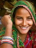 印度貧窮女性花大量時間採集木柴與牛糞。圖片來源:維基百科