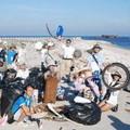 志工大展身手,清拾南岸沙灘上的垃圾。