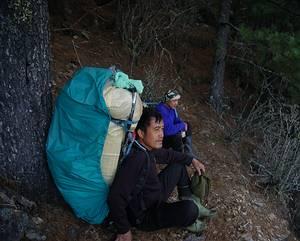 擔任背工的原住民負著重物在途中歇息。圖片來源:邦卡兒•海放南