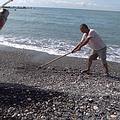 出海前,漁民必須先清理沙灘航道的石頭,避免拖行漁筏時底部受損。