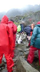 風雨中爬坡的學員。圖片來源:本報