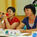 左為綠色圖騰會長楊秋莎,右為思拓者教育中心主任吳敏