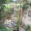 一邊仍是骯髒溪流,另一頭小坑溪的魚梯和幽靜環境已近在眼前,對比強烈;圖片來源:王郁萱
