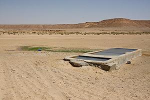非洲撒哈拉沙漠一處深入地下水層的水井 (圖片來源 : J.R. Virtue)