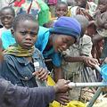 聯合國兒童基金會分發淨水給因戰爭流離失所的戈馬民眾(攝影:Julien Harneis;圖片來源UNICEF)