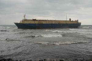 巴拿馬籍貨輪石門外海擱淺,漏油嚴重;圖片提供:環保署