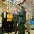 加州州長阿諾(圖中)偕George Schultz(最右)參訪「國家點燃實驗設施」(National Ignition Facility,NIF)(圖片來源 : Lawrence Livermore National Lab)