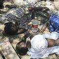辛巴威地區醫療飲水淨水設備不足,圖為醫院床位不足故將病患置於室外之情景。圖片來源:Photo courtesy http://www.msf.org/