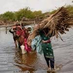 2011年9月14日,巴基斯坦巴丁一家人帶著身家財產離開被洪水包圍的村莊(攝影: Warrick Page/Getty Images for UNICEF)