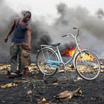 迦納Agbogbloshie電子廢料場以焚燒方式釋放出電線和其他電子零件中的銅和其他有價值金屬。焚燒讓地景變得焦黑,也釋放出有毒煙霧。(照片:布萊克史密斯研究所提供。)