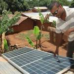 喀麥隆西北部薩邦加里(Sabongari)的小型太陽能電廠,提供村落的電力網絡。照片由恩福爾(Monde Kingsley Nfor)提供。