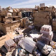 成噸的食物被丟棄在加州莫哈維沙漠的偏遠地區。圖片節錄自:Troy Paiva相本。