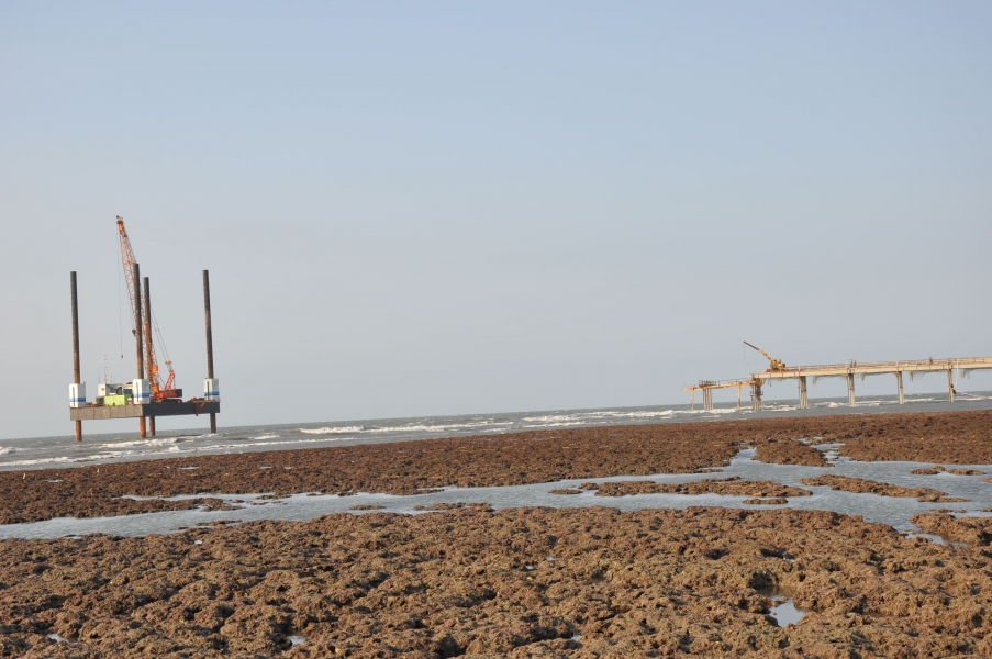 東坪八號原先與工作平台纜線連接,但因風浪而斷纜擱淺到藻礁上