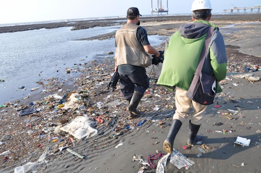 桃園大潭藻礁海岸上有不少海洋垃圾