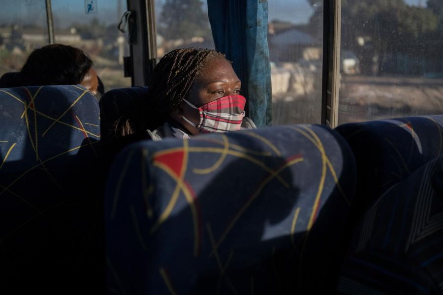 上班通勤中,Mairevei Mupombwa搭上辛巴威聯合客運公司的公車:「我隨身攜帶消毒液,入座前再次對雙手消毒。因為即使上車前他們已經消毒過了,但直到坐上座位之前,你永遠不知道你接觸了哪些東西。」(2020年6月) 攝影:Cynthia Matonhodze