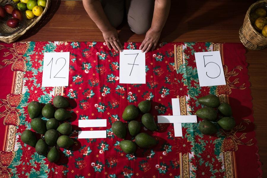 53歲的學校老師VioletaProaño錄製一段教學影片,寄給學生家長。學校已從3月中旬關閉至今。(厄瓜多,基多。2020年6月)攝影:David Diaz / Fluxus Foto