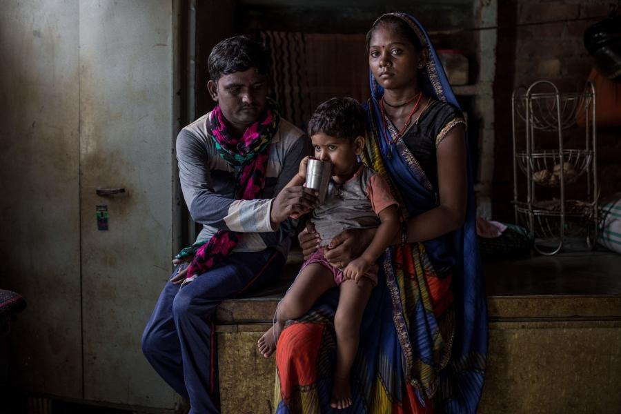 「帶著66塊,我們徒步走過665英里。與其死在孟買,還不如死在自己的家鄉。」26歲的Drupti,28歲的丈夫Anil和3歲的女兒Anjali住在印度北方邦占西。他們在印度3月22日封城時失業。Drupti有八個月身孕,但他們別無選擇,只能步行回到自己的家鄉。經過12天長途跋涉,他們終於抵達目的地,Drupti立即入院。不幸的是,她流產了。在家族的援助下他們得以生存。Drupti帶著無法忍受的痛楚和眼淚說:「我會好好教育Anjal,讓她擺脫貧窮的惡性循環。」(印度北方邦,占西。2020年8月)攝影:UNDP India / Dhiraj Singh