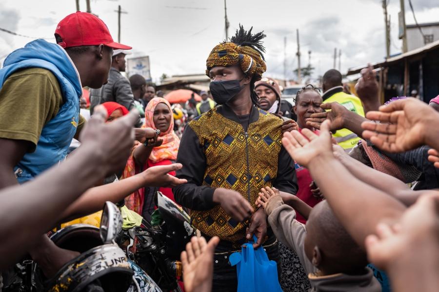 肯亞的24歲時裝設計師David Avido正在發送免費的口罩。他的口罩不只是漂亮,更提醒市民們注意預防措施的重要性。(肯亞,2020年4月)攝影:Nichole Sobecki / VII for National Geographic