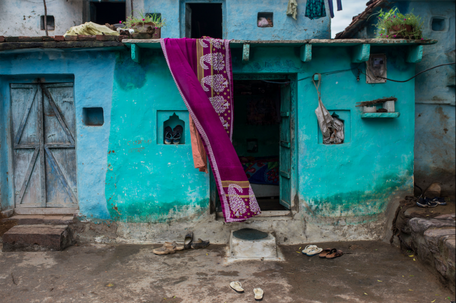Chandabai Singh在家中陽台懸掛紗麗。(印度,中央邦。2020年8月)攝影:UNDP India / Dhiraj Singh