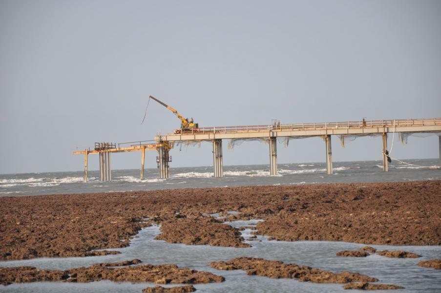 中油三接正在進行棧橋工程,承諾會避開藻礁生態區,卻發生擱淺意外