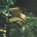 八連溪上源岩石上常可看到成疊的金紙